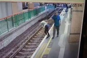 駅のホームにいた女性の背後に男が接近、突然線路に突き落す映像が衝撃的
