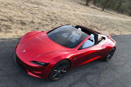 テスラが新型「ロードスター」を発表、イーロン氏が空飛ぶ車も可能と示唆