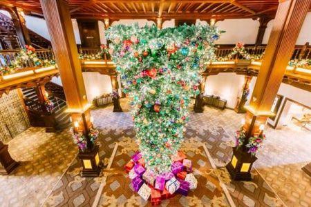 今年のクリスマスの流行は「逆」?天井から吊るす逆さまツリーが人気