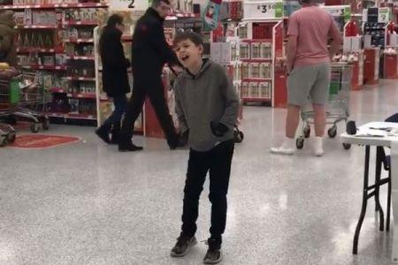 自閉症の少年が英のスーパーで熱唱、見事な歌声の動画が拡散し100万ビュー突破