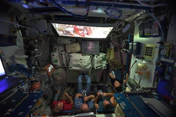 国際宇宙ステーションで宇宙飛行士たちが最新のSF映画を鑑賞