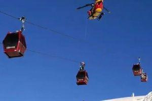雪のアルプスでの救出作戦、停止したゴンドラに残された150人全員を救助