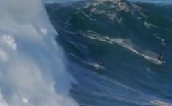 人を飲み込もうとする巨大な波、見事に乗りこなすサーファーがすごい