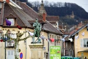 フランスの田舎町で町内のあちこちに下着が干される珍事が発生
