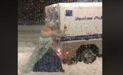 雪降る晩にエルサに扮した男性、警察車両を救助する姿がユニーク
