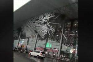 中国の空港で強風にあおられ屋根の一部が落下、撮影された映像が恐ろしい