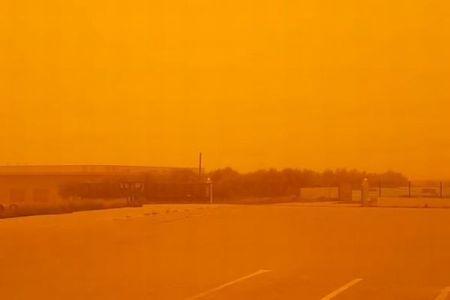 まさにオレンジ一色!中国やギリシャで街全体が異様な光景に包まれる