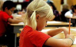 フランス政府が子供の入学年齢を引き下げ、今後3歳から学校へ通うことに