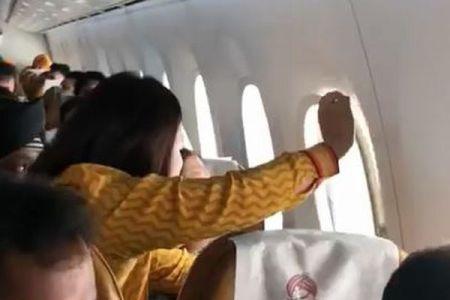 悪天候でインドの旅客機の窓が外れた!CAが付け直す場面が捉えられる