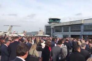 駐機場に大勢の乗客が避難、火災報知機の誤作動で英の空港が大混乱