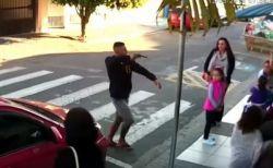 母親らに銃を突きつけた男へ女性が素早く発砲、ブラジルでの事件が衝撃的