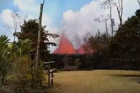 自宅の裏庭が突然、噴火!溶岩が空高く噴き上げる姿に住民もびっくり