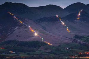 イギリスの山に人々による光の鎖が出現、美しい光景がSNSでシェアされる