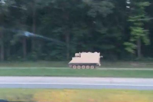 米で兵士が軍用装甲車を盗み逃走、パトカーとカーチェイスを繰り広げる