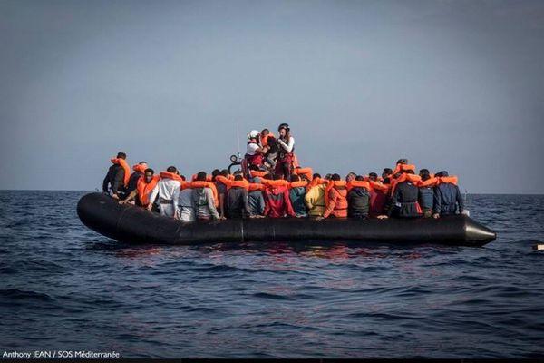 イタリアとマルタが入港を拒否、600人以上の難民が地中海に残される