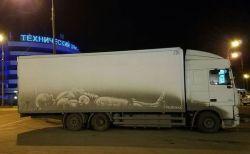 ドライバーもビックリ!汚れた車に描くアーティストの絵がユニーク