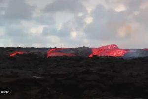 キラウエア火山で8箇所から噴火、溶岩が激流となって海へ流れていく