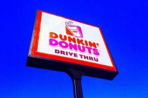 「外国語を話していたら通報を」米のドーナツ店が人種差別的な告知板を撤去
