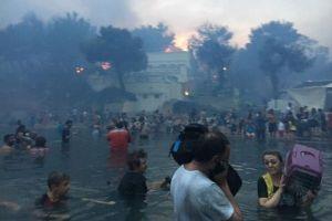ギリシャを襲った森林火災、海へ避難する人々をとらえた動画が恐ろしい