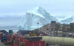 巨大な氷山がグリーンランドの海岸線に接近、崩壊に備え169人が避難