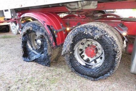 暑さで舗装した道路のタールが溶けてタイヤに付着、豪で多くの車が立ち往生