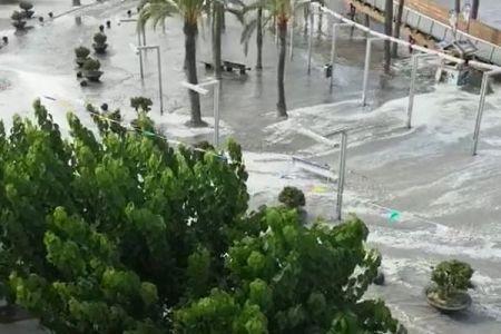 スペインのマヨルカ島などでメテオ津波が発生、街に大量の海水が流れていく