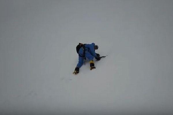 ヒマラヤで遭難したと思われた登山家、ドローンによって発見され救助される