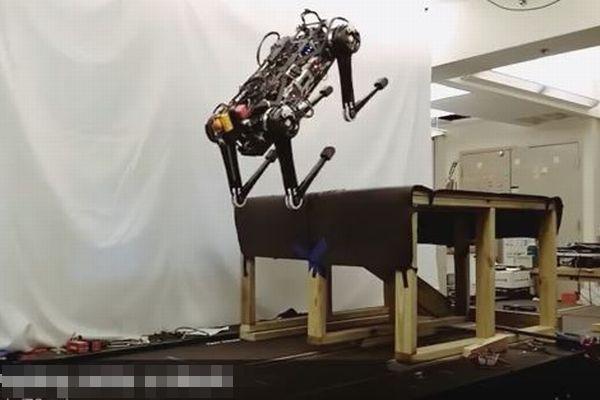 視覚に頼らず素早く動く、「触覚」で判断するMITのロボットがすごい