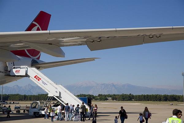 女子大生が着席拒否し飛行機離陸を妨害、亡命申請者の強制送還を阻止する