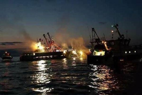 英と仏の漁船がホタテを巡り対立、石や発煙弾が投げられ衝突する事態に