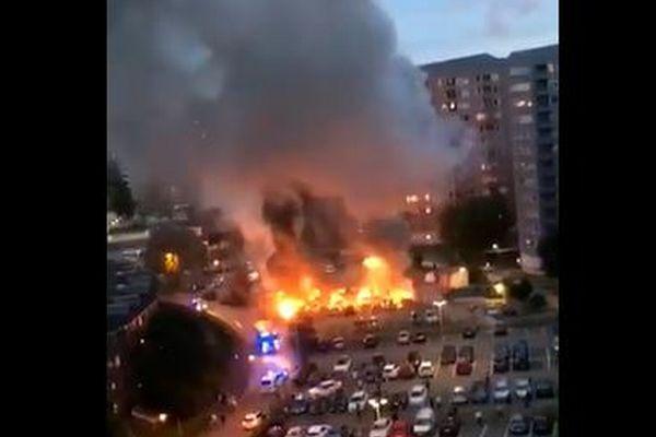 スウェーデンの各地で若者による放火が同時発生、事件をとらえた映像が恐ろしい