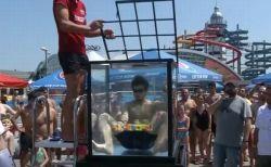 米の若者が水中に潜って6個のルービック・キューブを完成、新記録を樹立