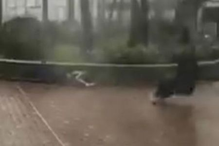 人が風に煽られ地面を滑る、ビルの窓も粉々!台風22号を捉えた映像が恐ろしい