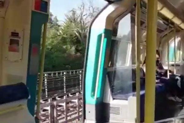 ロンドンの電車が扉を開いたまま走行、時速60kmで走る動画がショッキング