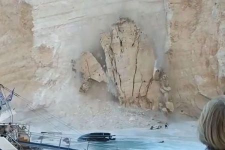 ギリシャのビーチで突然、巨大な崖の岩が崩壊、海に落下し多くの人がパニックに【動画】