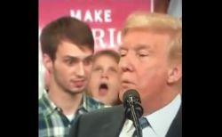 トランプ大統領の真後ろにいた高校生、演説中にユニークな表情を見せ話題に