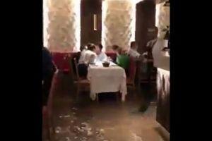 水の都とは言え…浸水したベネチアのレストランで食事をする人々が逞しい