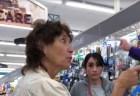 年輩の白人女性がスペイン語を話す若い女性に嫌がらせ!その後の展開がスカッとする