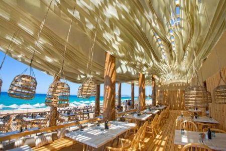 波のようなリズムで揺れる天井、ギリシャのリゾートにあるレストランが美しい