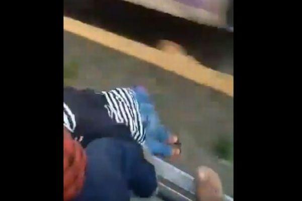 インドで列車から少女が落下、乗客が素早くTシャツを掴み間一髪で救助する