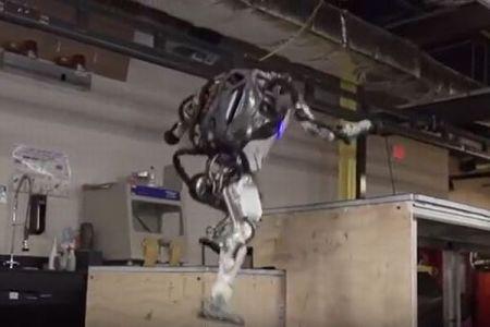 ボストン・ダイナミクスの新たなロボット動画、複雑な階段を一気に駆け上がる