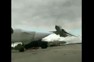 超低空飛行を披露する戦闘機、地上すれすれに飛んでいく動画が大迫力