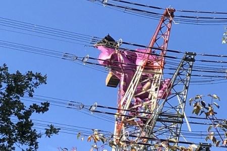熱気球が高圧線に衝突!6名が65メートルの高所で数時間吊り下げられる