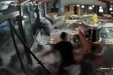 伊のレストランで波が窓ガラスを粉砕、海水が店内に流入する動画が恐ろしい