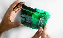 アフリカで発見された巨大なエメラルド、5655カラットの透明な原石が美しい