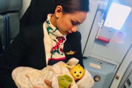 キャビンアテンダントが機内で乗客の赤ん坊に授乳、その姿が目撃され話題に