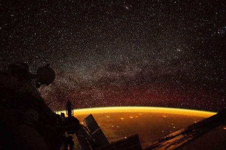 地球の上空がオレンジ色に包まれる「エアーグロー」現象、NASAが公開