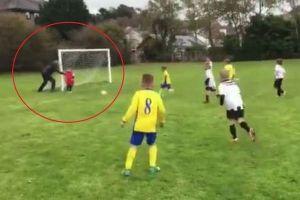 少年サッカーで熱くなった父親、ボールを止めるためキーパーの息子を押す