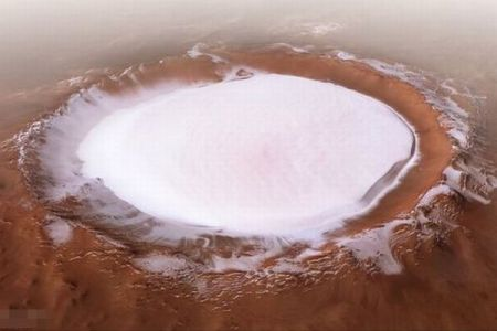 火星のクレーターに巨大な氷、ESAがデータを処理し画像を公開
