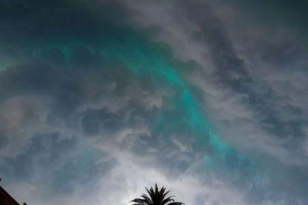 シドニーで嵐の前に目撃された不思議な雲、緑色の光を放つ姿が美しい